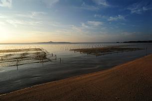備瀬崎から伊江島の夕焼けを臨むの写真素材 [FYI00315473]