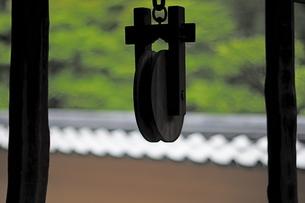 井戸の木製滑車の写真素材 [FYI00315477]
