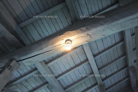 屋根裏の電球の素材 [FYI00315573]