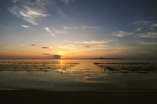 備瀬崎から伊江島の夕日を臨む-2の素材 [FYI00315599]