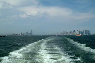 スタテン島行きフェリーよりマンハッタンを臨むの写真素材 [FYI00315670]