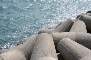 海岸線のテトラポットの写真素材 [FYI00315671]