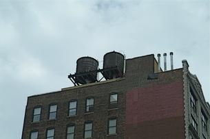 ソーホーの古いビルの屋上タンクの写真素材 [FYI00315681]