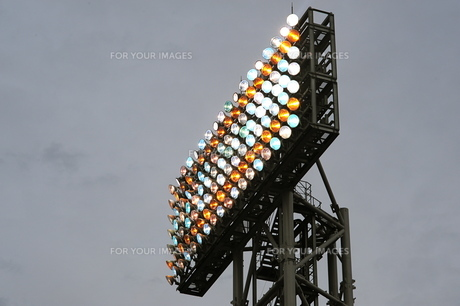 野球場の照明灯点灯の素材 [FYI00315682]
