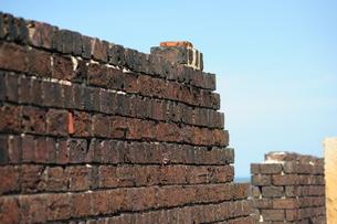 犬島銅精錬所跡のレンガ塀の写真素材 [FYI00315724]