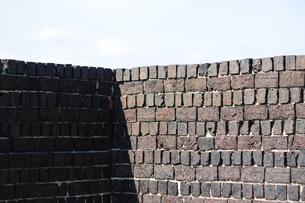 犬島銅精錬所跡のレンガ塀-2の写真素材 [FYI00315730]