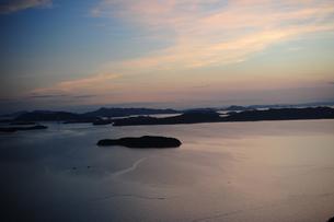 瀬戸の小島と夕焼け空の写真素材 [FYI00315750]