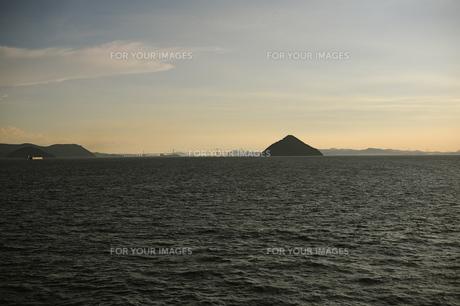 夕方の大槌島と瀬戸大橋を臨むの素材 [FYI00315774]