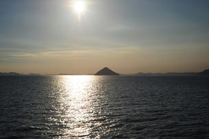 大槌島と瀬戸大橋と太陽の写真素材 [FYI00315786]