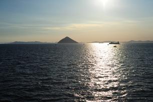 大槌島と瀬戸大橋と太陽3の写真素材 [FYI00315795]