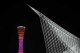 神戸海洋博物館とポートタワーのライトアップ2の写真素材 [FYI00315852]
