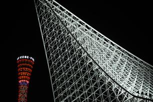 神戸海洋博物館とポートタワーのライトアップの写真素材 [FYI00315853]