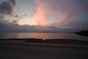 備瀬崎から夕焼けの伊江島を臨むの写真素材 [FYI00315903]