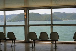 フェリーボートの客室ベンチシートの写真素材 [FYI00315904]