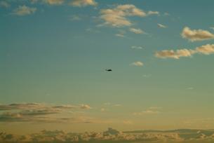 夕暮れの空を飛ぶヘリ2の写真素材 [FYI00315905]