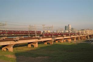 夕日をあびて走る電車の写真素材 [FYI00315909]