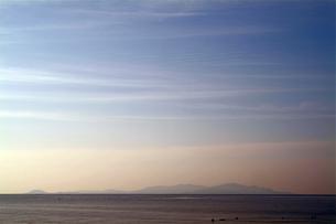四国の海岸から見た夕暮れの小豆島の素材 [FYI00315915]