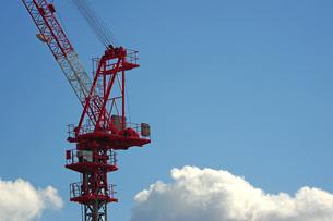 青空と雲とクレーンの写真素材 [FYI00315956]