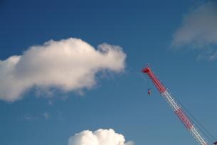 青空とクレーン-3の写真素材 [FYI00316005]