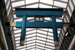 天神橋商店街アーケードの青鳥居の写真素材 [FYI00316107]