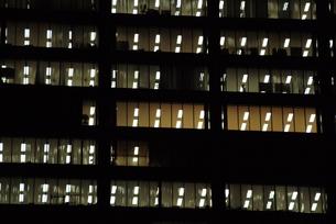 オフィスビルの夜景-1の写真素材 [FYI00316172]