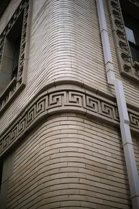 レリーフのあるビル外壁の写真素材 [FYI00316201]