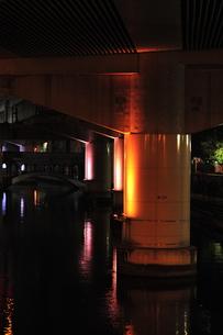 堂島川高架下のライトアップの写真素材 [FYI00316205]