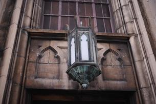 レリーフとブラケットライトのある建物の写真素材 [FYI00316210]