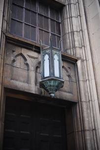レリーフとブラケットライトのある建物-2の写真素材 [FYI00316230]