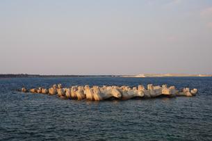 海岸の堤防とテトラポット-2の写真素材 [FYI00316263]
