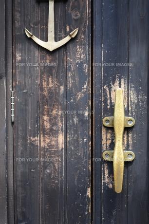 真鍮の取手のあるドアの写真素材 [FYI00316276]