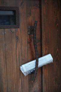 新聞が挟まれたドアの写真素材 [FYI00316277]