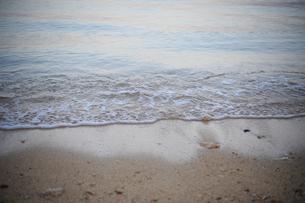 砂浜に打ち寄せる波-1の写真素材 [FYI00316312]