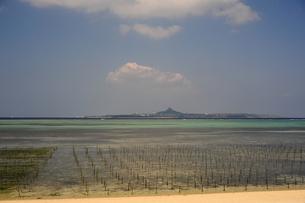 備瀬の浜から伊江島を望む-2の写真素材 [FYI00316329]