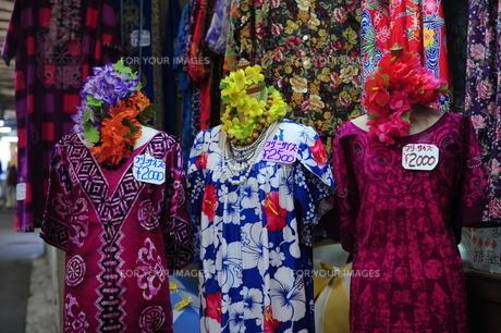 露店販売のドレスの写真素材 [FYI00316369]