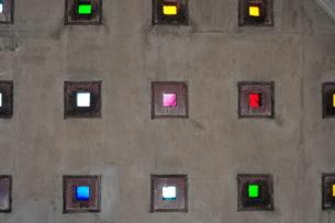 名護市役所の色ガラス-3の写真素材 [FYI00316378]