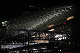 JR大阪駅の夜景-2の写真素材 [FYI00316437]