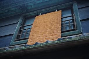 簾の掛かった窓の写真素材 [FYI00316438]