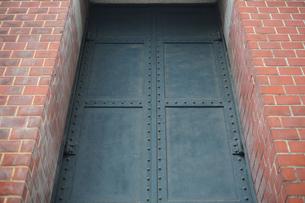 レンガ壁と鉄扉の写真素材 [FYI00316457]