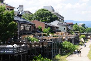 京都鴨川の川床-6の写真素材 [FYI00316491]