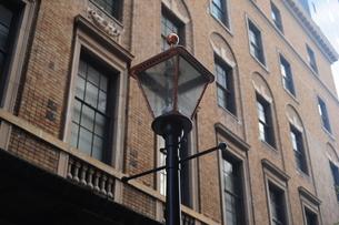 ガス灯とレトロな建物の写真素材 [FYI00316622]