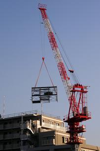 足場を運ぶクレーン-1の写真素材 [FYI00316760]