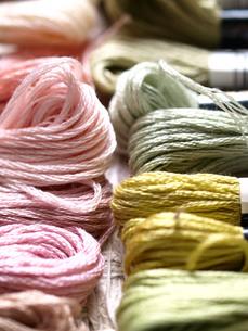 パステルカラーの刺繍糸の写真素材 [FYI00316811]