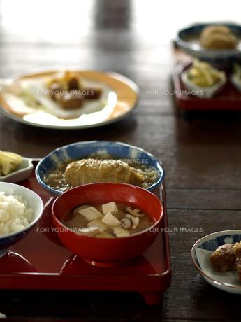 朱のお膳と和食器、ご飯の写真素材 [FYI00316851]