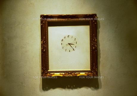 額縁と時計の写真素材 [FYI00316941]