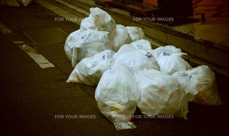 路上のゴミの写真素材 [FYI00316953]