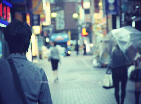 雨の歌舞伎町の風景の写真素材 [FYI00316954]