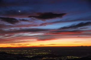 富士山から見た宵の月と街の夜景の写真素材 [FYI00316965]
