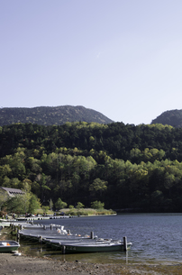 湯ノ湖とちょっと早い紅葉の写真素材 [FYI00316982]