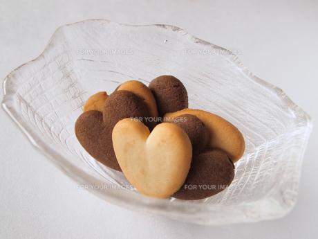 ガラスの器に入ったクッキーの写真素材 [FYI00317041]
